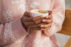 拿着一杯热的茶或咖啡的两只手 图库摄影