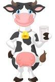 拿着一杯牛奶的逗人喜爱的母牛动画片 免版税库存图片
