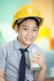 拿着一杯牛奶的年轻亚裔孩子 免版税库存图片