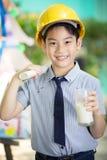 拿着一杯牛奶的年轻亚裔孩子 库存图片