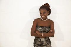 拿着一杯红葡萄酒的美丽的年轻非洲妇女 图库摄影
