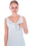 拿着一杯水的年轻愉快的女孩 免版税库存照片