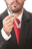拿着一根电子香烟的商人 免版税库存图片