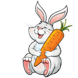 拿着一棵大红萝卜的愉快的笑的兔宝宝 图库摄影
