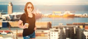 拿着一次性咖啡杯的微笑的模型的综合图象 免版税库存照片