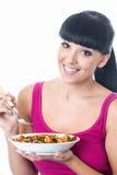 拿着一碗五颜六色的健康意大利面制色拉的年轻健康妇女 库存图片