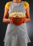 拿着一碗玉米花的主妇 库存照片