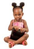 拿着一种数字式片剂的小女孩 免版税库存图片