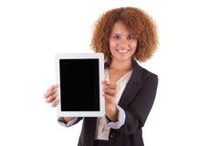 拿着一种有触觉的片剂-黑色的非裔美国人的女商人 免版税库存照片