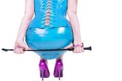 拿着一端有带圈可握的短马鞭的性感的dominatrix 库存图片