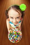 拿着一箱糖果的女孩 库存照片
