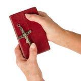 拿着一部非常老圣经的老手(妇女) 库存图片