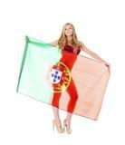 拿着一面大葡萄牙旗子的美丽的白肤金发的妇女 免版税库存照片
