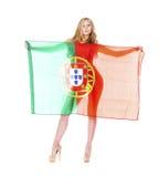 拿着一面大葡萄牙旗子的美丽的白肤金发的妇女 免版税库存图片