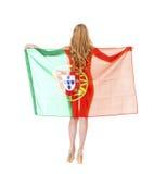 拿着一面大葡萄牙旗子的美丽的白肤金发的妇女 库存照片