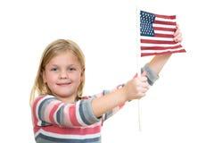 拿着一面美国国旗的甜白肤金发的女孩 库存图片