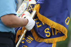 拿着一面美国退伍军人协会旗子的手细节 库存图片