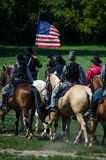 拿着一面老美国国旗的联合战士 库存照片