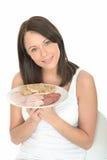 拿着一顿典型的挪威样式冷的自助餐的健康愉快的自然少妇 免版税图库摄影