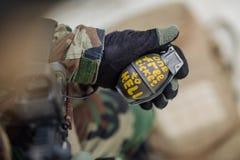 拿着一颗绿色作战菠萝手榴弹的别动队员 免版税库存照片