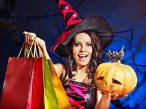 拿着万圣夜购物袋的妇女。 免版税图库摄影
