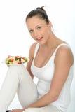 拿着三文鱼沙拉的板材健康少妇 免版税库存图片
