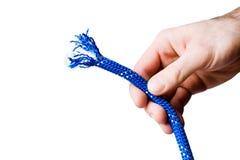 拿着上升的绳索的男性手 免版税库存图片