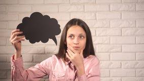 拿着与乌云的女孩一副横幅 免版税库存照片