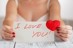 拿着与信件的心脏我爱你的夫人 免版税库存图片