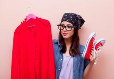 拿着与凝块的班丹纳花绸的年轻红头发人女孩设计师挂衣架 图库摄影