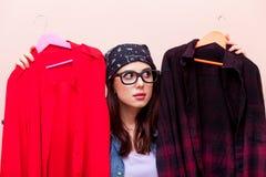拿着与凝块的班丹纳花绸的年轻红头发人女孩设计师挂衣架 免版税图库摄影