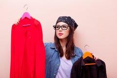 拿着与凝块的班丹纳花绸的年轻红头发人女孩设计师挂衣架 库存照片