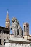 拿着与城市符号的佛罗伦萨狮子盾 免版税库存照片
