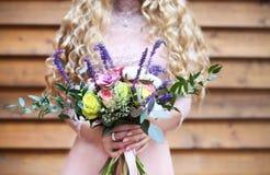拿着与多汁花的新娘婚礼花束 图库摄影