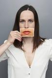 拿着与大嘴唇的妇女图片 免版税库存图片