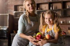 拿着与她的母亲的高兴小女孩篮子 免版税库存图片