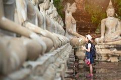 拿着与尊敬的亚裔女孩游人一朵莲花或祈祷 免版税库存图片
