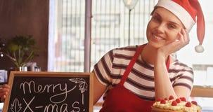 拿着与快活的x-mas的女服务员板岩签到café 股票视频