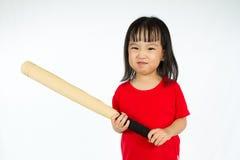 拿着与恼怒的表示的中国小女孩棒球棒 免版税库存照片