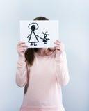 拿着与愉快的家庭的妇女图片 图库摄影