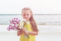 从拿着与愉快的a的欧洲的白种人小女孩菠萝 免版税库存照片