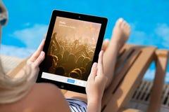 拿着与慌张屏幕的女孩iPad 库存图片