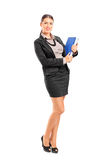 拿着与文件的女实业家一个文件夹 免版税图库摄影