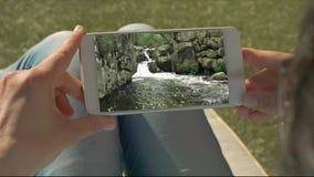 拿着与水小瀑布录影的人的手机动性 影视素材