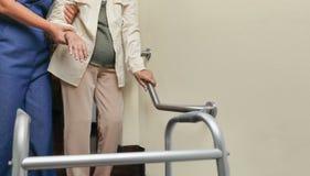 拿着与照料者的年长妇女扶手栏杆 库存照片