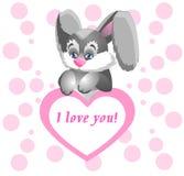 拿着与爱的声明的滑稽的兔宝宝巨大的桃红色心脏 免版税库存照片