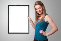 拿着与白色板料拷贝空间的女孩黑文件夹 免版税图库摄影