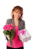 拿着与礼物的可爱的妇女桃红色玫瑰 库存图片