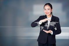 拿着与社会网络的年轻亚裔女实业家地球 库存图片