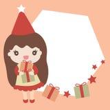 拿着与空的空间的逗人喜爱的女孩圣诞节礼物您的文本的 免版税库存照片
